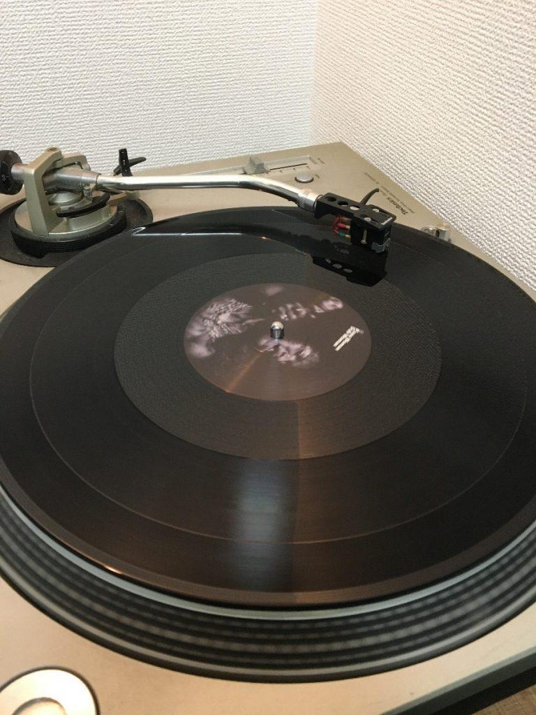 DJ機材としてデファクトスタンダードのP社製ターンテーブル