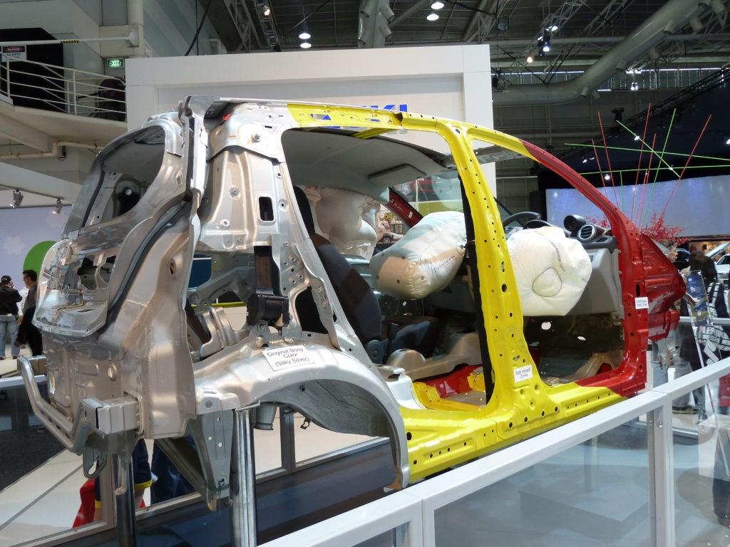 いくつかの溶接パネルで構成される塗装前の筐体(BiW)の表面形状